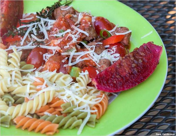 Pasta-mit-Thymian-Tomatensauce-und-Salsiccia-B-llchen
